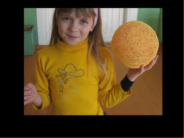 Ein Luftballon, Klebstoff und Fädchen… Nun ist Christinas Ei schon fertig.