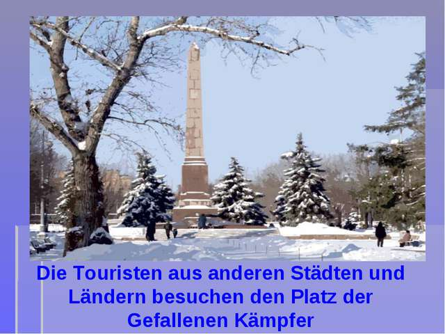 Die Touristen aus anderen Städten und Ländern besuchen den Platz der Gefallen...