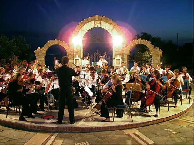 Ответить на вопрос: Какой оркестр исполняет данное произведение?