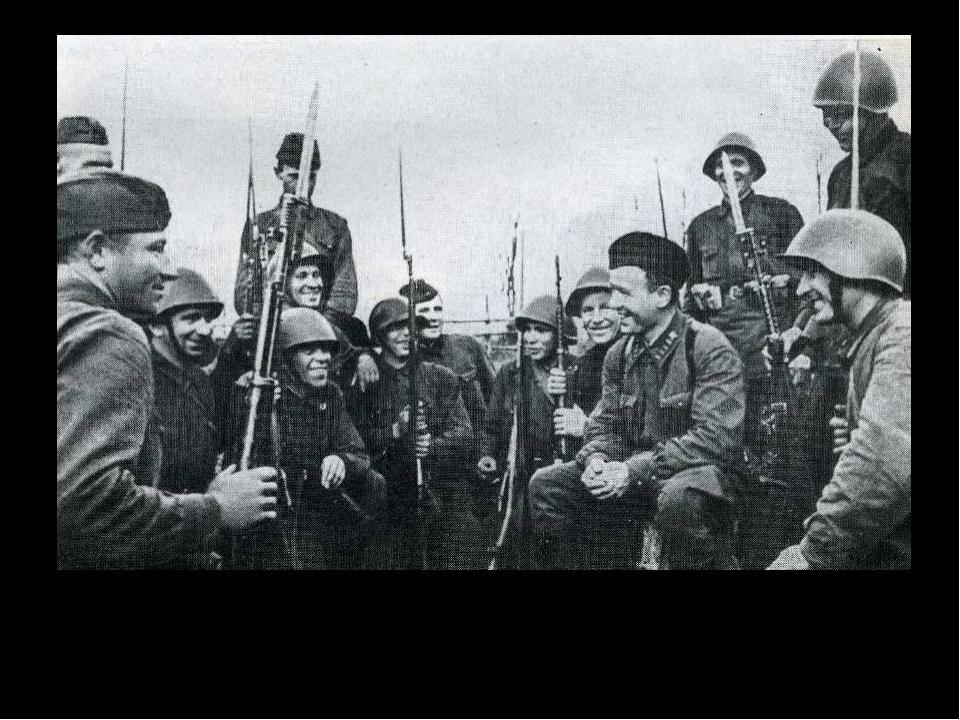 Михаил Шолохов среди бойцов 1941 год