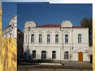 Здание школы искусств – Дом купца Моркова. На красивом двухэтажном здании вы