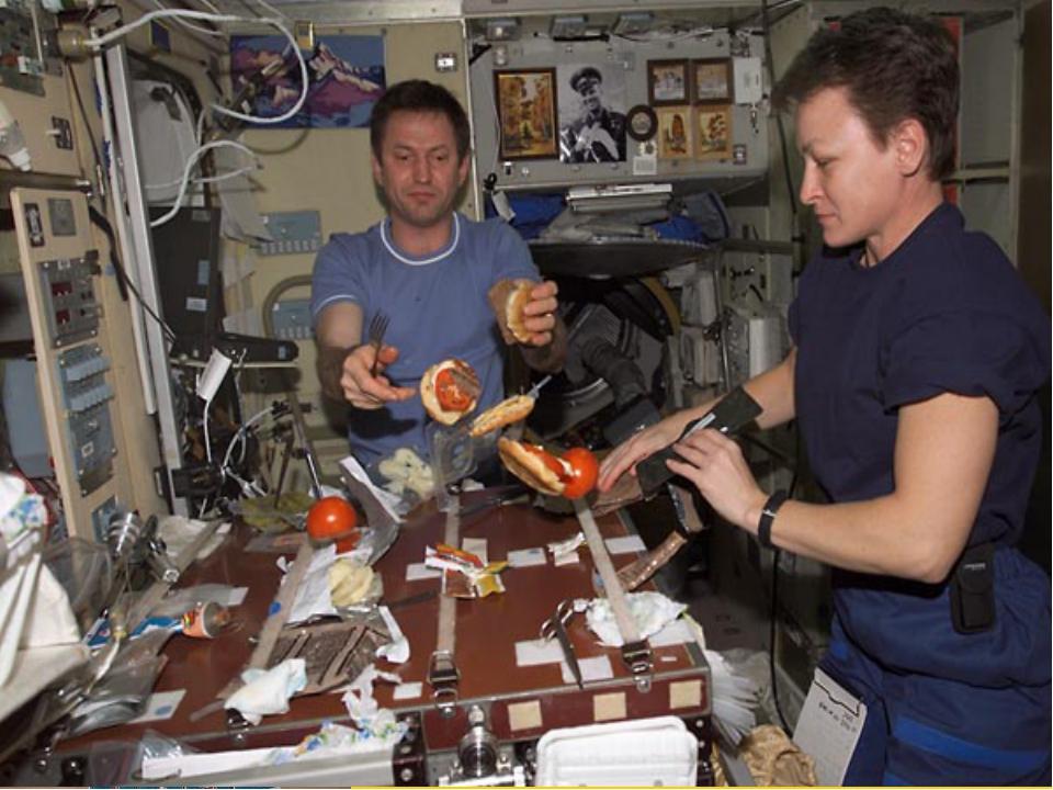 Вся пища в космосе упакована в тубы, пакеты. Тарелки космонавтам не нужны, по...